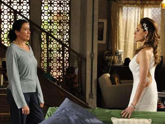 Novela 'Fina Estampa': Griselda (Lilia Cabral) flagra Tereza Cristina (Christiane Torloni) com Pereirinha (José Mayer) na cama