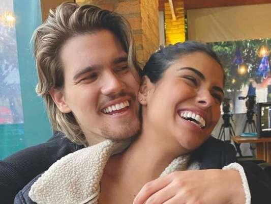 Munik Nunes posa com o namorado, Caio Cesar, em foto, em 23 de maio de 2020