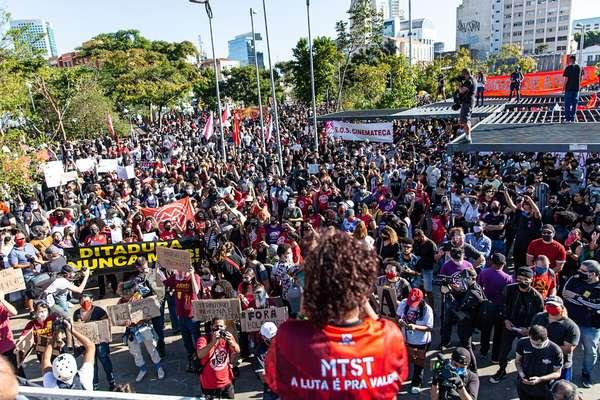 Movimentação de manifestantes contra governo federal e anti-racismo no Largo da Batata, em Pinheiros, zona oeste de Sao Paulo, neste domingo