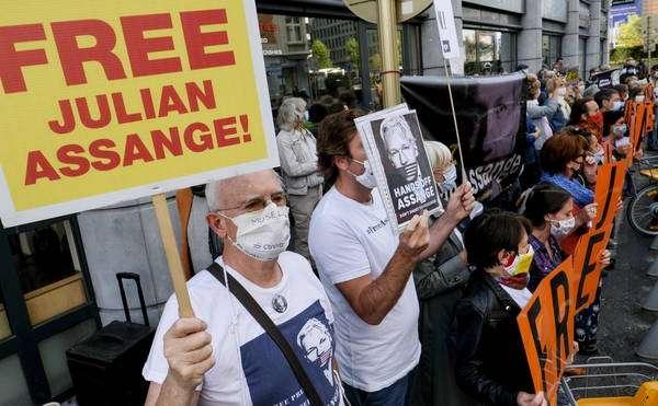 Manifestantes se reúnem em frente ao tribunal que analisa caso de Assange no Reino Unido