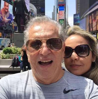 42 anos de diferença - Carlos Alberto de Nóbrega e Renata Domingues - Em 25 de junho de 2017, o eterno apresentador da 'Praça É Nossa', Carlos Alberto de Nóbrega, pediu sua namorada em casamento durante um programa de TV; além da surpresa, chamou atenção a diferença de idade entre ambos, de 42 anos - maior que a idade dela, que tem 39. Relembramos alguns outros casais que chamam ou já chamaram atenção pelo mesmo motivo; confira a seguir!