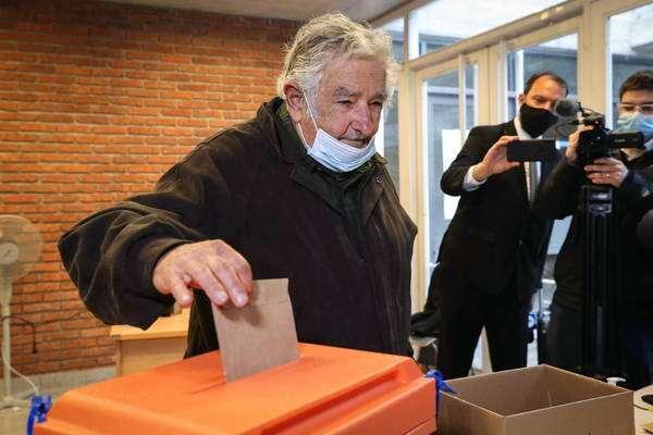 Mujica anuncia que cumprirá mandato até outubro e deixará vida pública