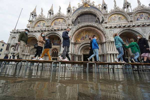 Água invadiu a Praça San Marco neste sábado