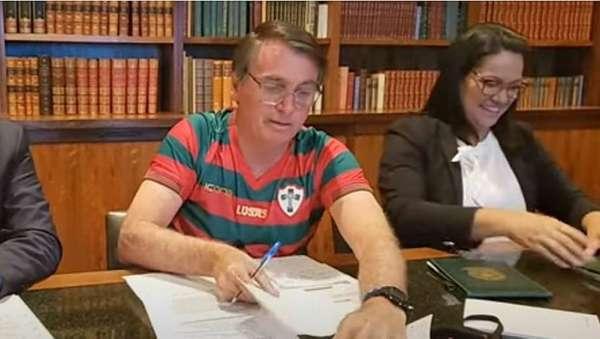 Bolsonaro com a camisa da Lusa - Palmeirense declarado, o presidente Jair Bolsonaro apareceu vestindo a camisa da Portuguesa em live.