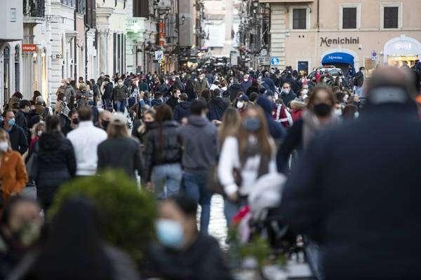 Cidadãos nas ruas de Roma durante segunda onda da pandemia