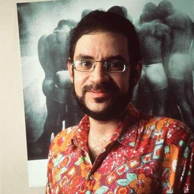 Renato Russo - Filho de uma professora de inglês, o cantor Renato Russo seguiu os passos da mãe e ensinou o idioma em um curso particular, antes de estourar no Brasil como vocalista da banda Legião Urbana.