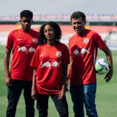 Gil Baiano, Dandara e Bruno Gonçalves usando o novo uniforme do Red Bull Bragantino