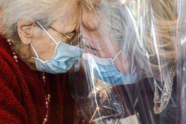 'Sala dos abraços' criada por clínica para idosos na Itália