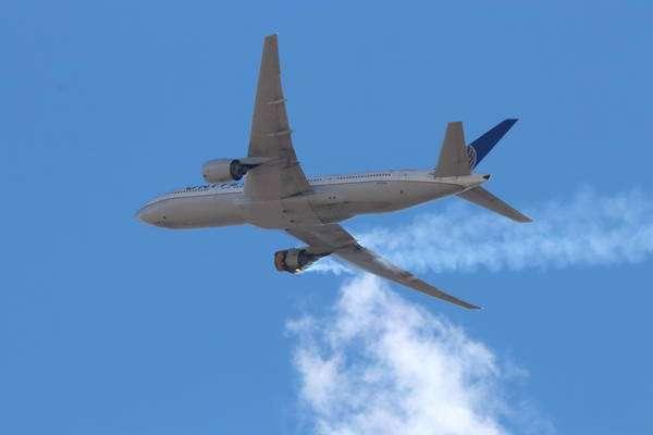 Voo da United precisou retornar ao aeroporto de Denver após motor explodir