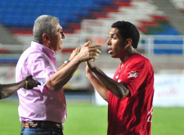 Eduardo Lara pidió a sus jugadores seguir atacando por las bandas. Foto: Terra
