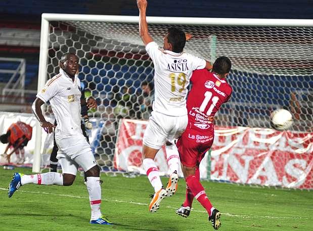 Aunque el que empezó dominando fue Fortaleza, que a los 5 minutos se fue arriba en el marcador con gol de Deivis Rodríguez.  Foto: Terra