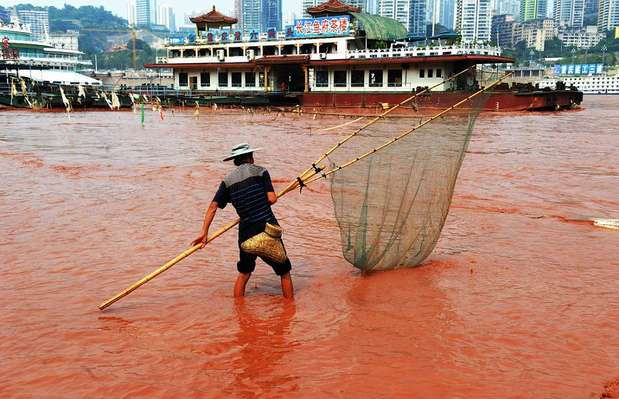 El río más largo de China, el Yangtzé, amaneció hace algunos días teñido de un color rojo brillante en el tramo que atraviesa la ciudad de Chongqin, al sudoeste del país oriental. La autoridades informaron que el extraño fenómeno se debe a que, debido a recientes inundaciones, se removieron excesos de arena. Sin embargo, algunos ciudadanos lo asocian a un terremoto ocurrido en Yunan mientras que otros lo vinculan con la contaminación que produce la gran actividad industrial. Otro grupo, va un poco más allá y lo vincula con el Apocalipsis& Foto: Web
